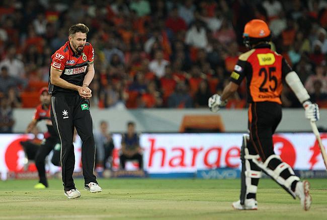 वार्नर और हैदराबाद के  गेंदबाजों के  सामने  बेबस नजर आये बंगलौर के गेंदबाज 9
