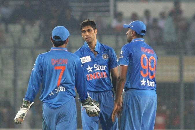 विडियो: जब आशीष नेहरा ने भरे मैदान में दिया महेंद्र सिंह धोनी को गाली 16