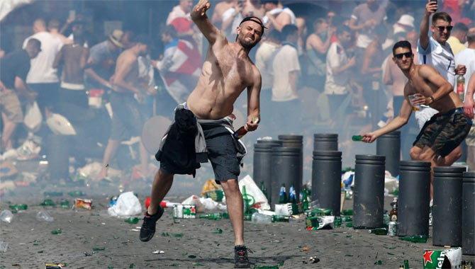 Euro Cup 2016 :- दूसरे दिन भिड़ गए इंग्लैंड और रूस के प्रसंशक एक दर्जन से अधिक लोग घायल। 3