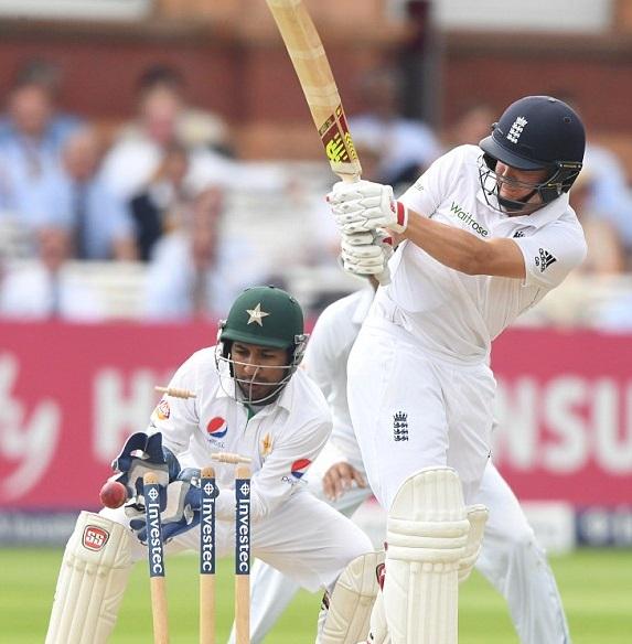 विडियो : यासिर शाह ने इंग्लैंड के बल्लेबाज़ गैरी बैलंस को डाली 'मैजिक बॉल' 14