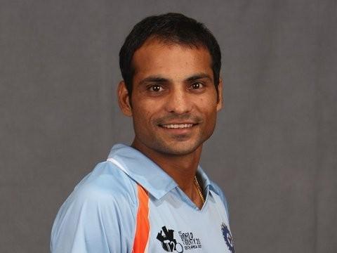 धोनी के साथ ही इस खिलाड़ी ने किया था डेब्यू, लेकिन खेल सका सिर्फ 4 मैच, फिर भी बना गया धोनी को भारतीय टीम का कप्तान 6