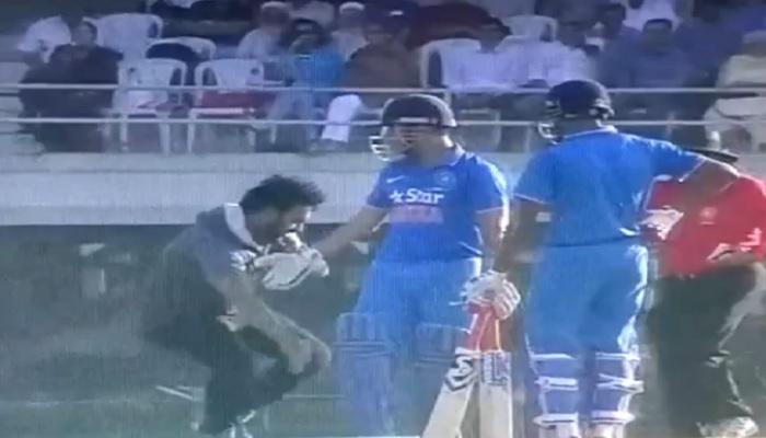 विडियो : महेंद्र सिंह धोनी के पैर छूने मैदान पर उतरा उनका एक फैन और फिर………..