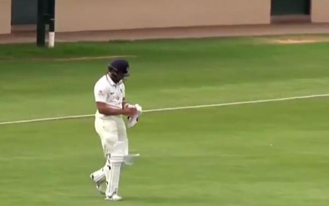 विडियो: बिना बल्ले के ही बल्लेबाजी करने निकले फवाद अहमद, साथी खिलाड़ियों ने ली चुटकी