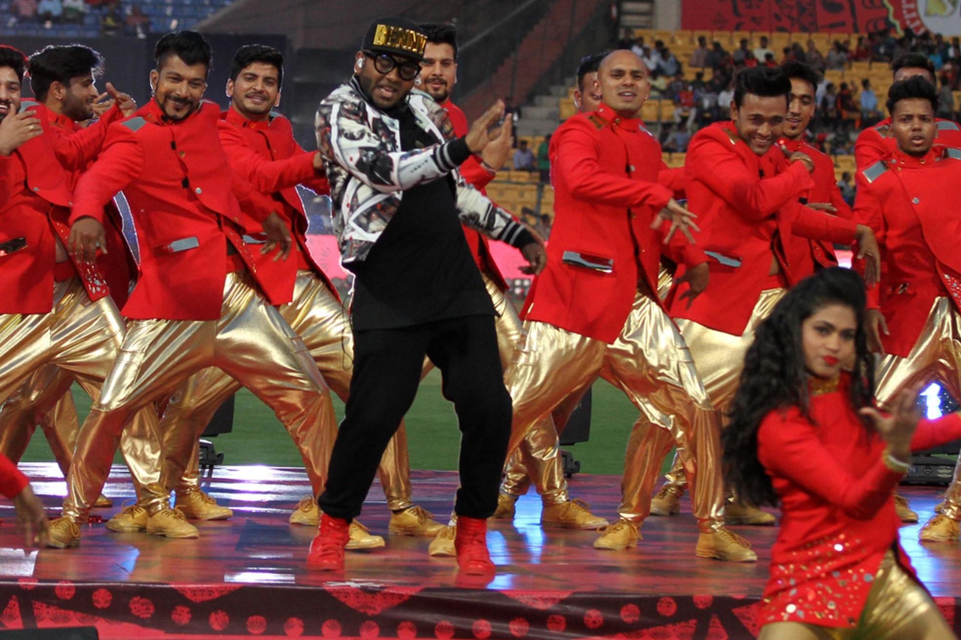 Photos : IPL10: बेंगलुरु में हुई आईपीएल की पांचवी ओपनिंग सेरेमनी कृति सेनन ने किया लाजवाब परफॉरमेंस 2