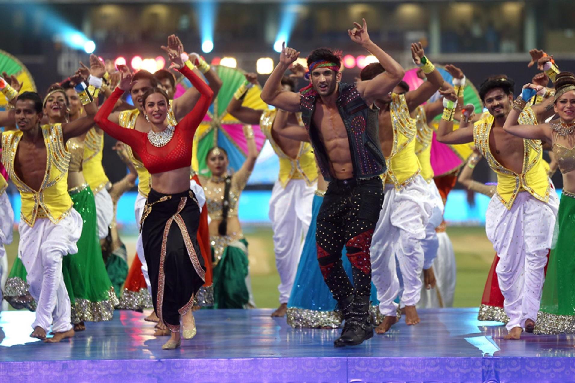 Photos: IPL10: वानखेड़े स्टेडियम में सुशांत सिंह राजपूत और मलाइका अरोड़ा ने बांधा समा 2