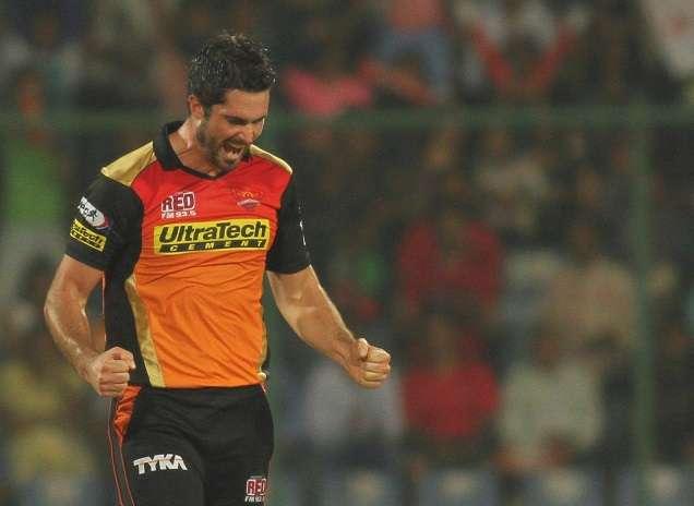 बैंगलोर की शर्मनाक बल्लेबाज़ी के बाद आरसीबी के समर्थन में उतरा हैदराबाद का यह स्टार ऑल राउंडर