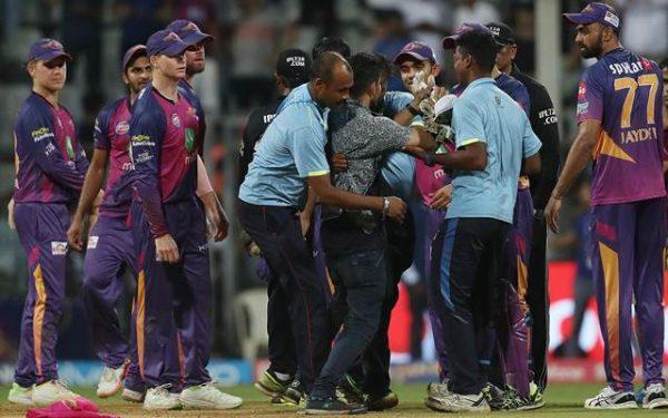 धोनी की मैच जीताऊ पारी के बाद धोनी के प्रशसंक ने धोनी से मिलने के लिए कर डाला ये बड़ा जुर्म 1