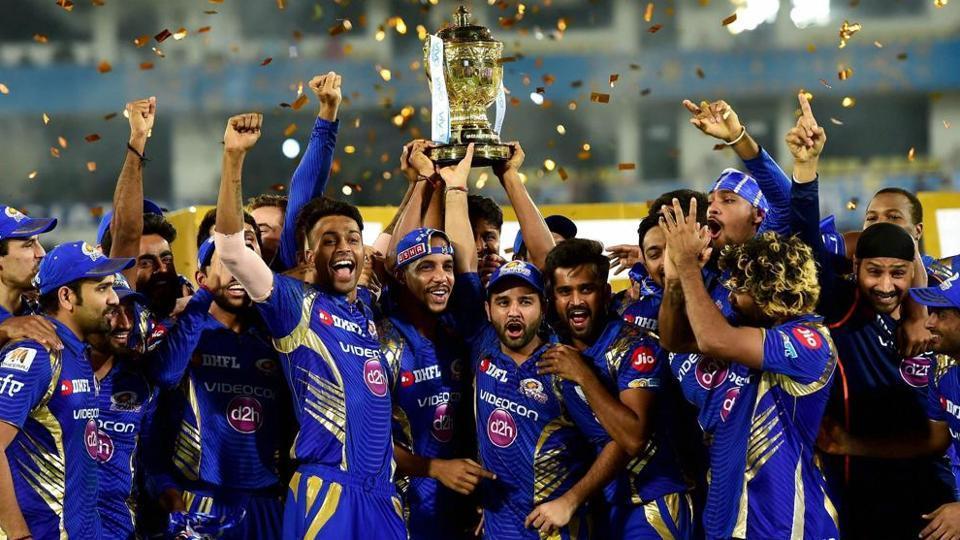 ....तो सबसे पहले उन्ही के पास भेजी गयी आईपीएल 10 की ट्राफी, जिसकी बदौलत 3 बार मुंबई ने जमाया कब्जा 3