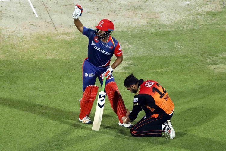 सचिन तेंदुलकर के बाद अब इस खिलाड़ी के सामने बीच मैदान में झुके भारत के स्टार ऑल राउंडर युवराज सिंह और जीत लिया सभी का दिल 1