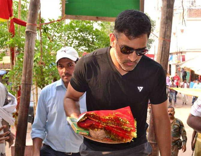 आईपीएल के बीच माँ की शरण में पहुंचे महेंद्र सिंह धोनी, देखे तस्वीरें.... 13
