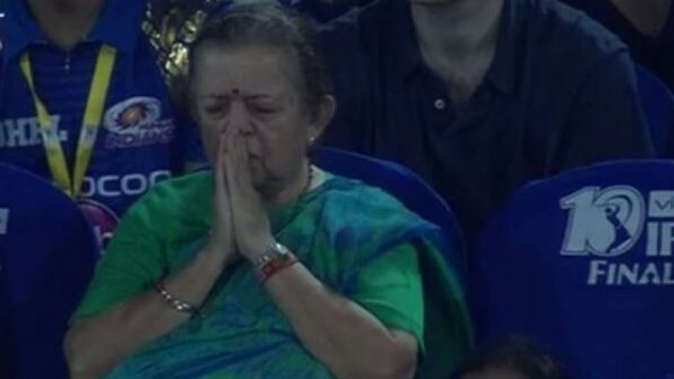 खुल गया मिस्ट्री आंटी का राज़ जो पूरे समय मुंबई के लिए कर रही थी भगवान से प्रार्थना 1