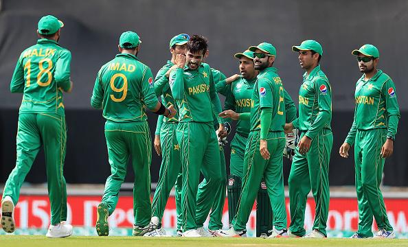 वीडियो: पाकिस्तानीयों ने भारतीय खिलाड़ियों का उड़ाया मजाक इस पर मोहम्मद शमी को आया गुस्सा, लेकिन धोनी ने किया बीच बचाव 1