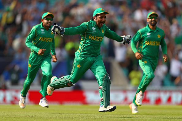 वीडियो: पाकिस्तानीयों ने भारतीय खिलाड़ियों का उड़ाया मजाक इस पर मोहम्मद शमी को आया गुस्सा, लेकिन धोनी ने किया बीच बचाव 3
