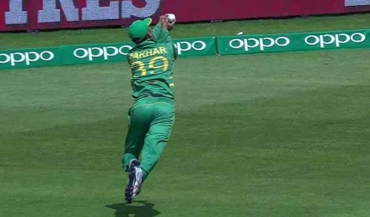 विडियो : 38.3 ओवर में देखने को मिला पाकिस्तानी फील्डर के हाथो इस चैंपियंस ट्रॉफी का सबसे बेहतरीन कैच
