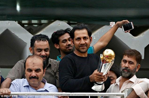 चैंपियंस ट्राफी में भारतीय खिलाड़ियों ने दिखाया खेल भावना, लेकिन पाकिस्तान पहुँच भारत का मजाक बनाया सरफराज 1