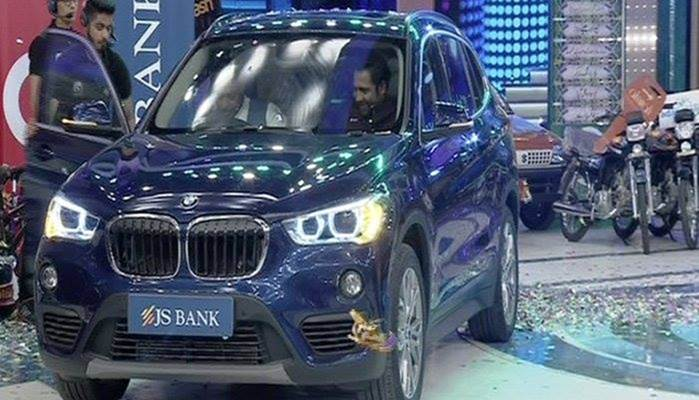 एक टीवी शो में सरफ़राज़ अहमद ने जीती SUV BMW X1 कार 10