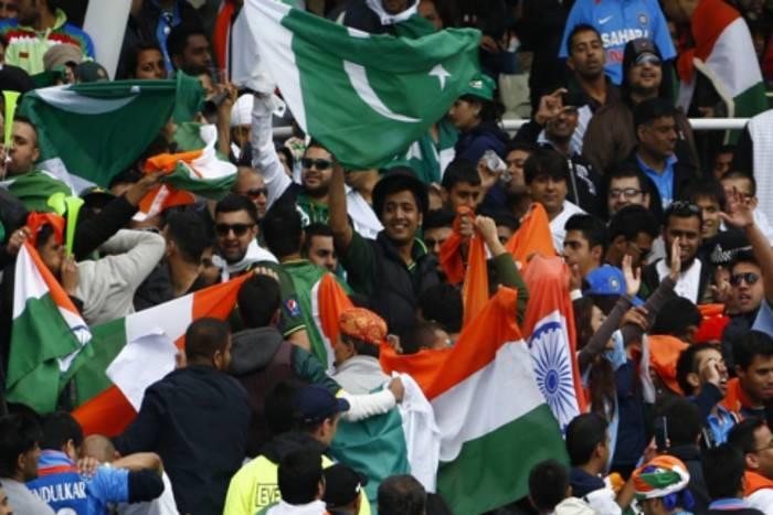 वीडियो: पाकिस्तानीयों ने भारतीय खिलाड़ियों का उड़ाया मजाक इस पर मोहम्मद शमी को आया गुस्सा, लेकिन धोनी ने किया बीच बचाव 4