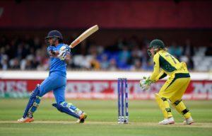 विडियो: हरमनप्रीत कौर की बल्लेबाज़ी देख पर मैदान के बाहर कप्तान मिताली और वेदा कृष्णमूर्ति ने किया था डांस वीडियो आया सामने 3