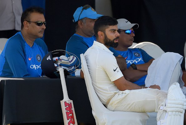 विराट कोहली ने बल्लेबाज के आउट होने के बाद भी नहीं लिया डीआरएस तो ड्रेसिंग रूम में बैठे रवि शास्त्री ने दिया ये चौकाने वाला रिएक्शन 2