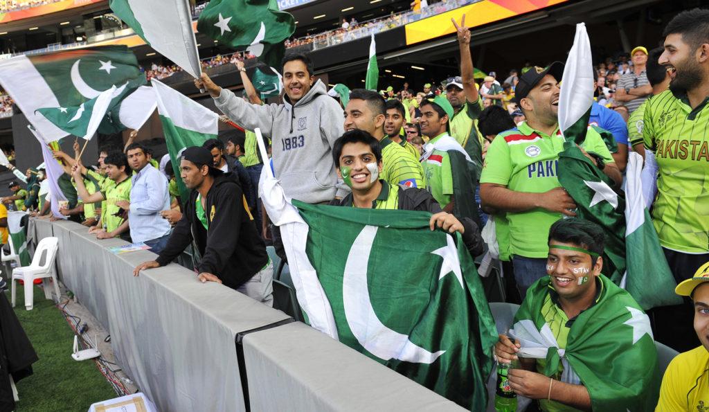 आईसीसी ने नहीं दी धोनी को बलिदान बैज से खेलने की इजाजत, तो पाकिस्तानी फैंस ट्विटर पर ख़ुशी से झूम उठे 1