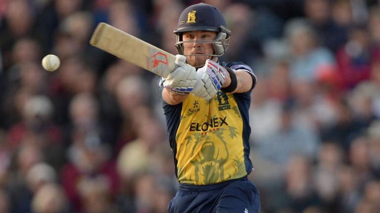 वीडियो: इंग्लैंड के इस बल्लेबाज़ ने लगाया ऐसा शॉट की सभी को आ गयी लगान फिल्म के बाबा की याद 3