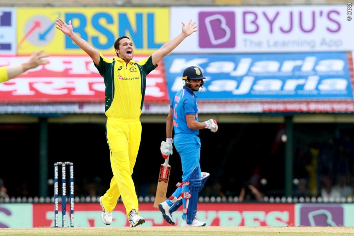 21 ओवर में भी आसान सा लक्ष्य हाशिल न कर पाने की वजह से कुछ यूजर्स ने ऑस्ट्रेलिया के लिए किया ऐसे ट्वीट देख नहीं रुकेगी शाम तक हँसी 1