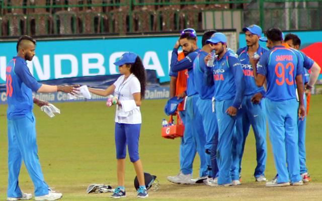 जब लड़कियां ड्रिंक्स लेकर मैदान में पहुंची, तब भारतीय खिलाड़ियों ने की ऐसी हरकत और फिर जो हुआ हो गया कैमरे में कैद 1