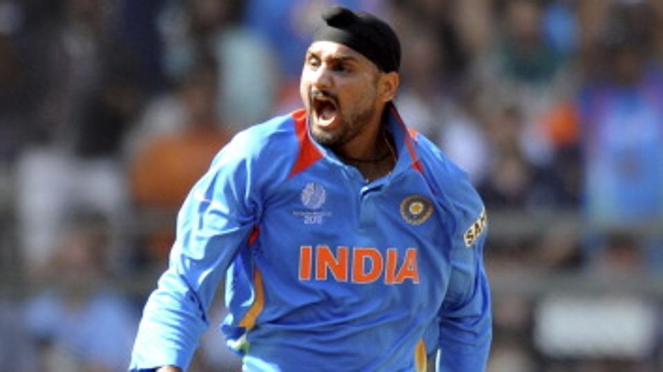 IPL 2018: मुंबई इंडियंस और किंग्स XI पंजाब को छोड़कर इस साल आईपीएल में अपने दोस्त की टीम से खेल सकते हैं हरभजन सिंह 1