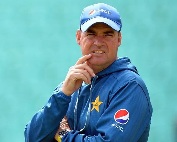 मिकी-अकमल विवाद के बाद अब पाकिस्तान क्रिकेट बोर्ड (पीसीबी) ने कोच मिकी आर्थर को लेकर कर डाली ये बड़ी घोषणा 35