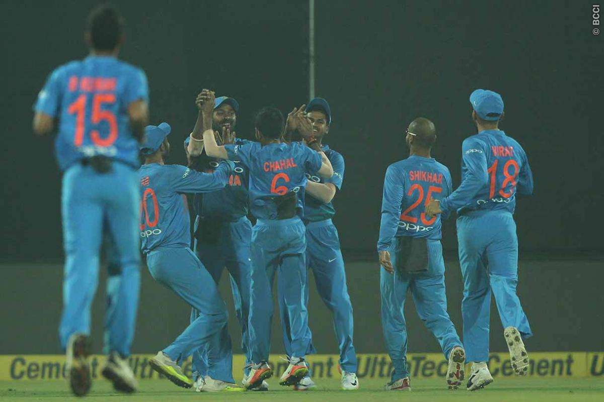 वीडियो: फील्डिंग के दौरान क्रिकेट गेंद से नेहरा जी ने खेला फूटबॉल, देख हैरान रह गये कोहली और धोनी