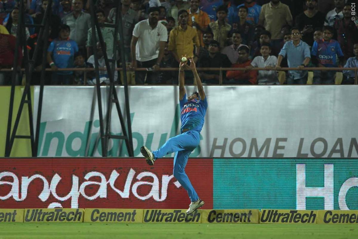 विडियो: पारी के 9.2 ओवर में मुनरो का छक्का रोकने के लिए सुपरमैन बने भुवी, कोहली हुए नतमस्तक 4