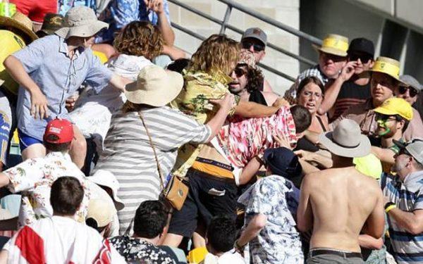 एशेज सीरीज: एक बार फिर से दोनों देशो के बीच क्रिकेट की जंग हुई जाहिर, आपस में लड़ गए फैन्स, फोटो देख आप भी रह जाएँगे हैरान 6