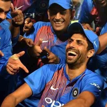 वीडियो: फील्डिंग के दौरान क्रिकेट गेंद से नेहरा जी ने खेला फूटबॉल, देख हैरान रह गये कोहली और धोनी 1