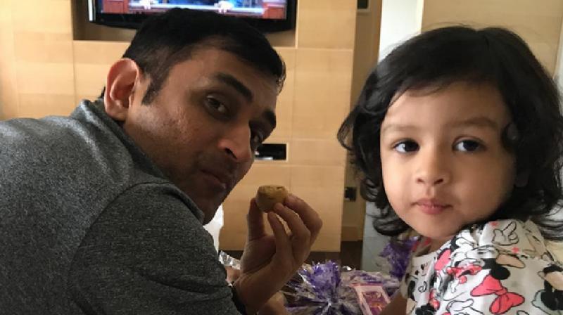 VIDEO: एक बार फिर से चर्चा में आई धोनी की बेटी जीवा, सोशल मीडिया पर हाथों में बेलन लिए आई नजर 47