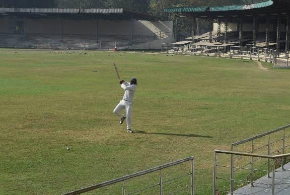 किसानों पर भी चढ़ा क्रिकेट का खुमार गेंहू की फसल काट बनाया क्रिकेट स्टेडियम 4