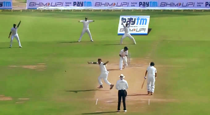 विराट कोहली ने बल्लेबाज के आउट होने के बाद भी नहीं लिया डीआरएस तो ड्रेसिंग रूम में बैठे रवि शास्त्री ने दिया ये चौकाने वाला रिएक्शन 26
