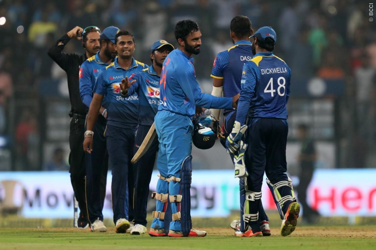 वीडियो: धोनी ने टूटे बल्ले से दिलाया भारत को जीत, खुद बताया टूटने के बाद भी क्यों नहीं बदला बल्ला 4