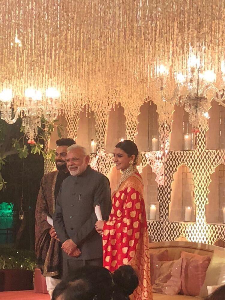 वीडियो : विराट-अनुष्का की शादी के रिसेप्शन में पहुंच देश के प्रधानमंत्री नरेन्द्र मोदी ने दिया खास गिफ्ट तस्वीरे और वीडियो हुआ सोशल मीडिया पर वायरल 1