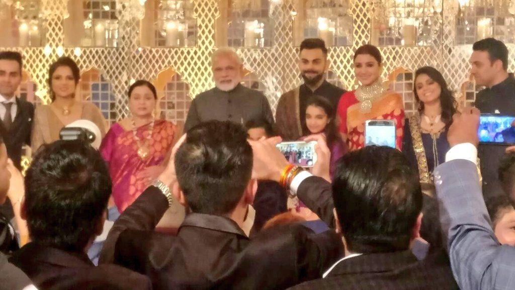 वीडियो : विराट-अनुष्का की शादी के रिसेप्शन में पहुंच देश के प्रधानमंत्री नरेन्द्र मोदी ने दिया खास गिफ्ट तस्वीरे और वीडियो हुआ सोशल मीडिया पर वायरल 7