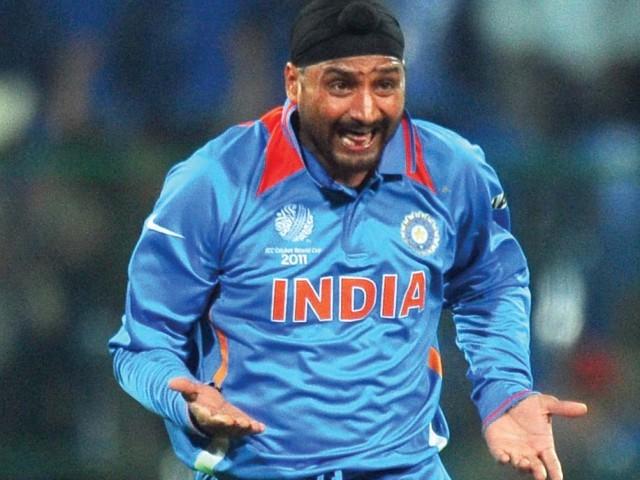 IPL 2018: मुंबई इंडियंस और किंग्स XI पंजाब को छोड़कर इस साल आईपीएल में अपने दोस्त की टीम से खेल सकते हैं हरभजन सिंह 2