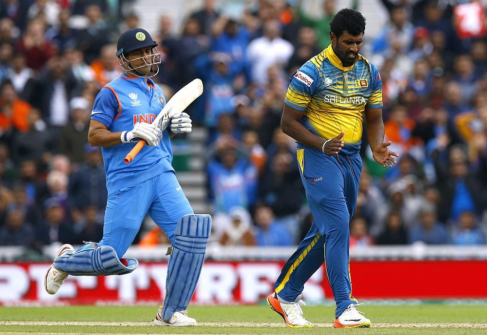 वीडियो: धोनी ने टूटे बल्ले से दिलाया भारत को जीत, खुद बताया टूटने के बाद भी क्यों नहीं बदला बल्ला 2