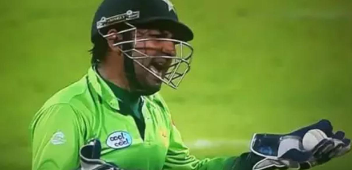 पाकिस्तान के कप्तान सरफराज अहमद को मैदान में आया गुस्सा, अपने इस युवा खिलाड़ी को बीच मैदान में दी गंदी-गंदी गालियां 13