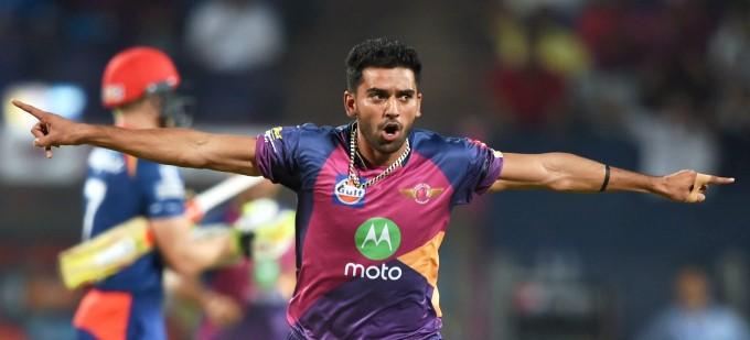 इस युवा तेज गेंदबाज को धोनी ने दी थी बस एक सलाह जिसने बदल दी इसकी जिन्दगी, इस साल आईपीएल में मिल सकती है रिकॉर्ड कीमत 3