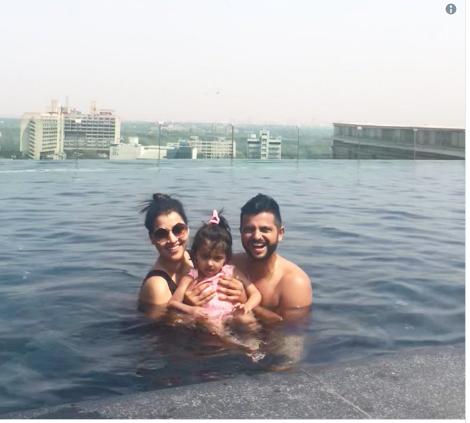 सुरेश रैना और उनकी पत्नी प्रियंका की स्विमिंग पूल वाली फोटो जमकर हो रही है वायरल, देखें 1
