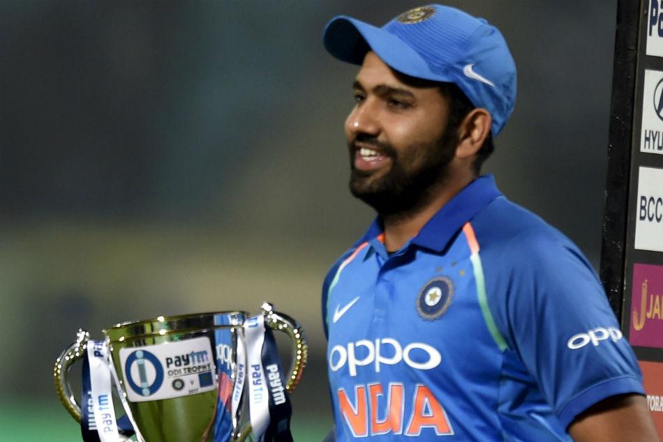 Nidahas Trophy के फाइनल से पहले रोहित शर्मा ने नेट्स पर गेंदबाजी कराने वाले अपने इस फैन को दिया था यह बड़ा तोहफा 5