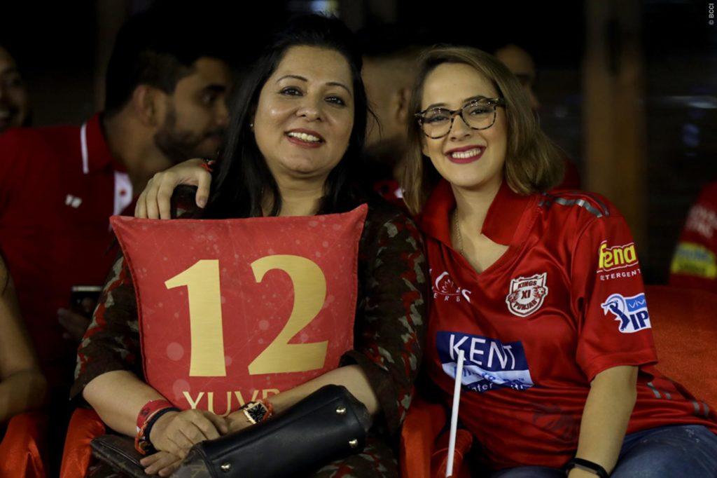 युवराज सिंह को चीयर करने पत्नी हेजल कीच के साथ पहुंची उनकी सबसे करीबी ये शख्स, लेकिन युवी को नहीं मिला बल्लेबाजी 6