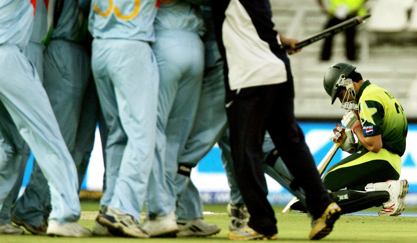 इतिहास के पन्नो से: जब भारतीय टीम के खिलाफ हेलमेट पहनकर फील्डिंग करने उतरी थी पूरी पाकिस्तान टीम, वजह था काफी दिलचस्प 15