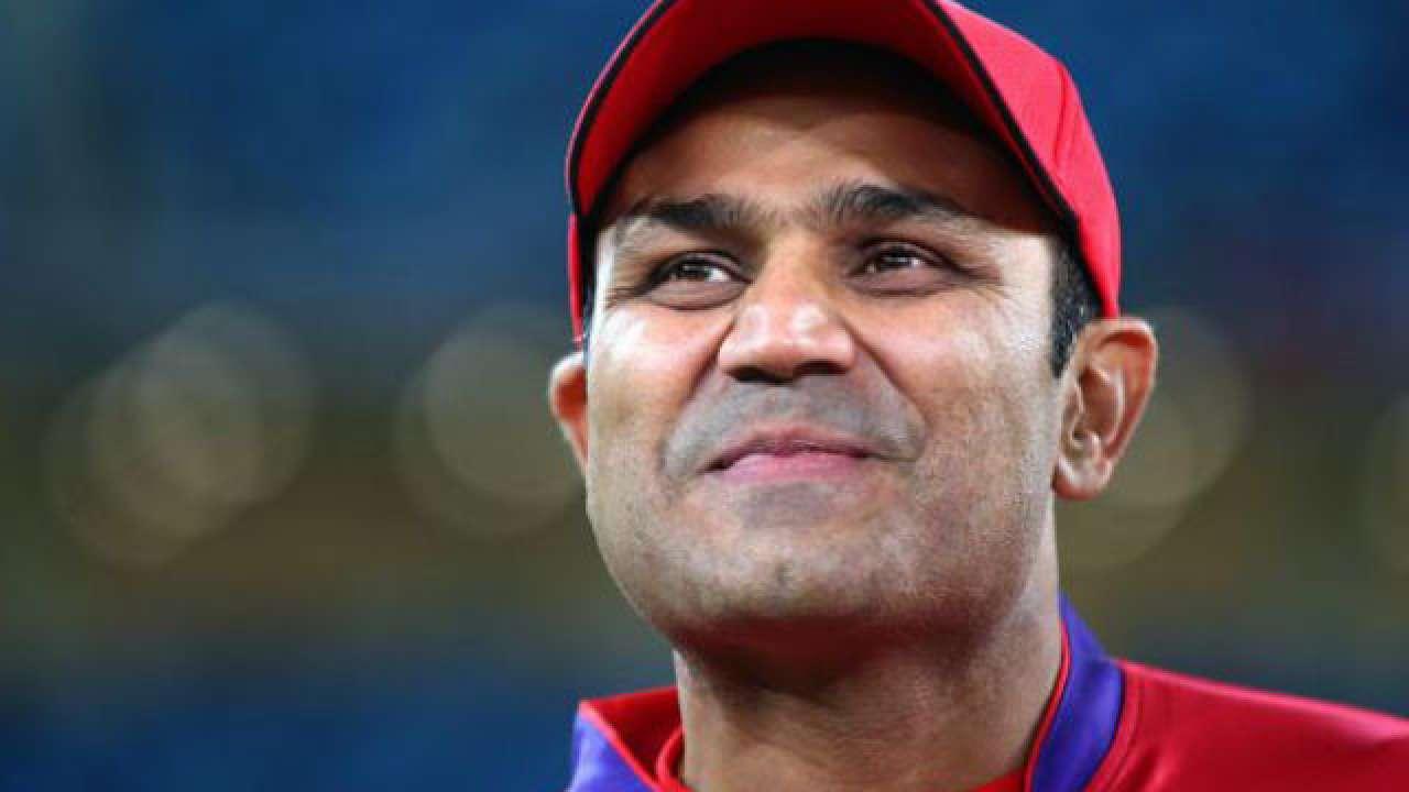 OMG! एक बार फिर उड़ाया वीरेंद्र सहवाग ने कुमार धर्मसेना का मजाक, सबसे अनोखे अंदाज में दी जन्मदिन की बधाई 2