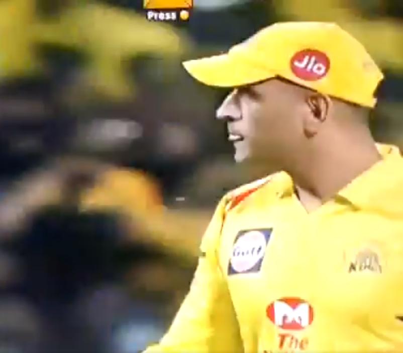 VIDEO: 13.2 ओवर में धोनी हुए आउट तो रहाणे की पत्नी राधिका बजाने लगी तालियाँ, फिर साक्षी धोनी ने दिया कुछ ऐसा रिएक्शन 5