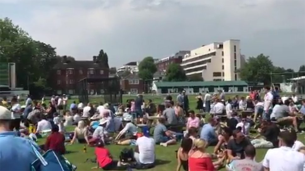 वीडियो : सिर्फ भारत में ही नहीं, बल्कि इंग्लैंड में भी कुछ इस तरह दिखा आईपीएल 2018 के फाइनल मैच का क्रेज 5